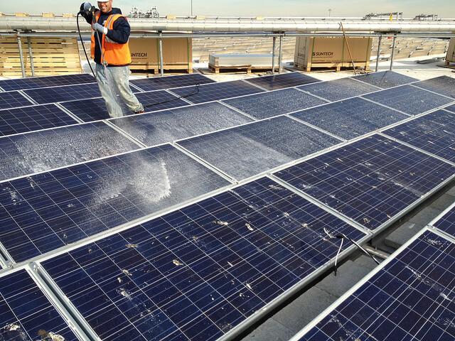 Dịch vụ vệ sinh hệ thống tấm pin năng lượng mặt trời