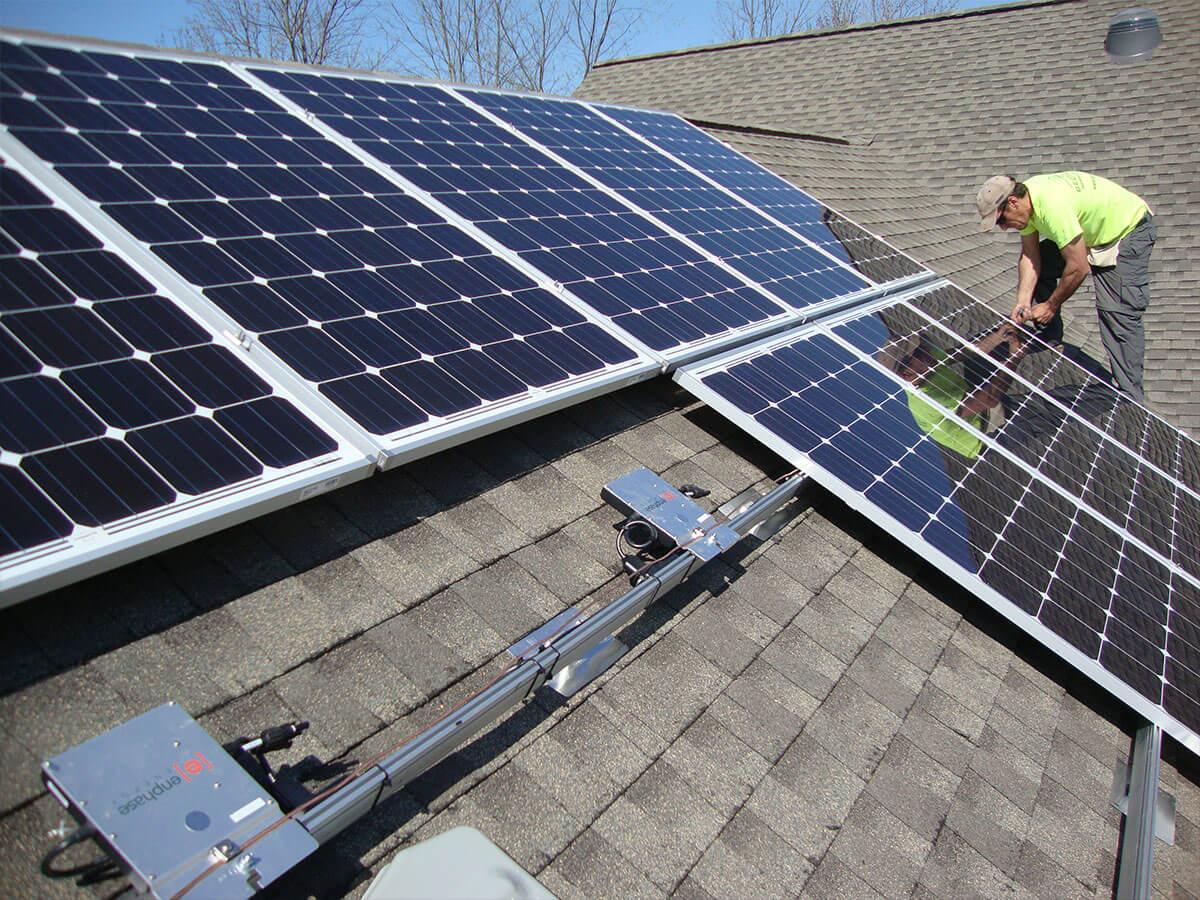 Số tấm pin năng lượng mặt trời lắp trên mái nhà là bao nhiêu